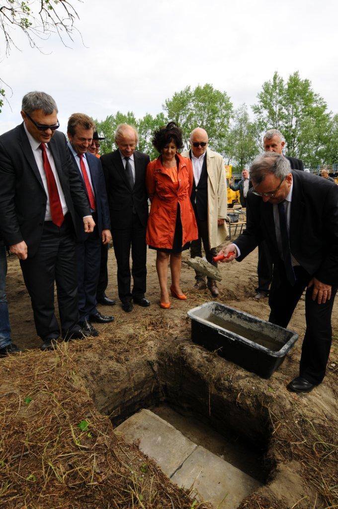 Kamień wmurowuje Marszałek Województwa Opolskiego Józef Sebesta.jpeg