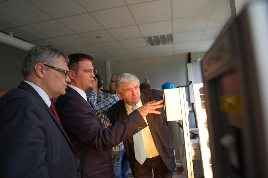 Dr Szczygieł z Politechniki Śląskiej tłumaczy zasady działania pracowni OZE.jpeg