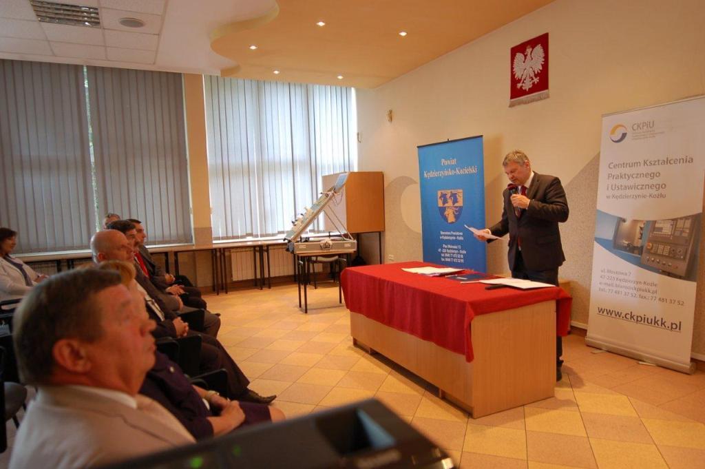 Starosta Artur Widłak wita gości  uroczystego oddania do użytkowania nowych pracowni CKPiU.jpeg
