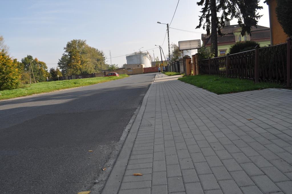 Chodnik prz ul. Kochanowskiego w Koźlu.jpeg