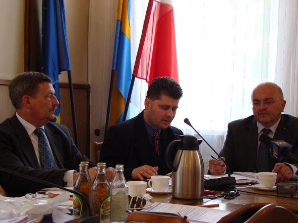 Od prawej Starosta Józef Gisman, Prezes Stowarzyszenia Euroregionu Pradziad Radosław Roszkowski oraz Wicestarosta Marek Matczak