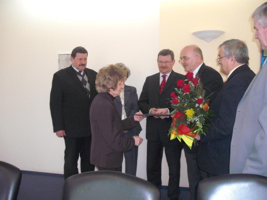 W imieniu Zarządu Powiatu Pani Zofii Pokorskiej kwiaty wręczył Starosta Józef Gisman