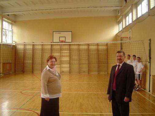 Dyrektor Jadwiga Kuźbida i Wicestarosta Marek Matczak wizytują starą salę gimnastyczną