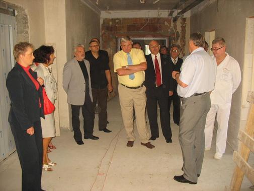 Uczestnicy Rady Społecznej SP ZOZ Kędzierzyn - Koźle podczas wizytacji rozbudowy szpitala