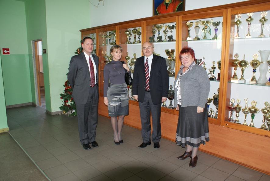 Od lewej stoją: Konsul Michael T.Sestak, Pani Marionella Szatkowska-Strzała, Starosta Józef Gisman oraz Dyrektor Szkoły Jadwiga Kuźbida