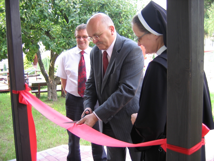 Starosta Józef Gisman i Siostra Dyrektor Anna Kołodziejczyk dokonują otwarcia budynku warsztatów terepeutycznych Domu Św. Karola
