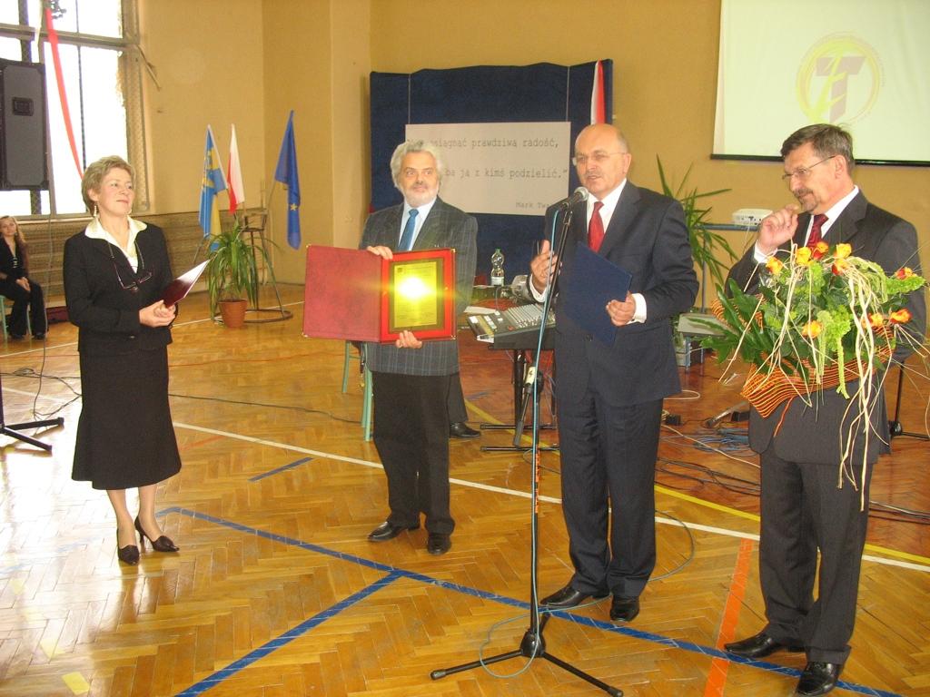 Dyrektor szkoły Krystyna Śliż przyjmuje pamiątkową tablicę od władz Powiatu Kędzierzyńsko - Kozielskiego
