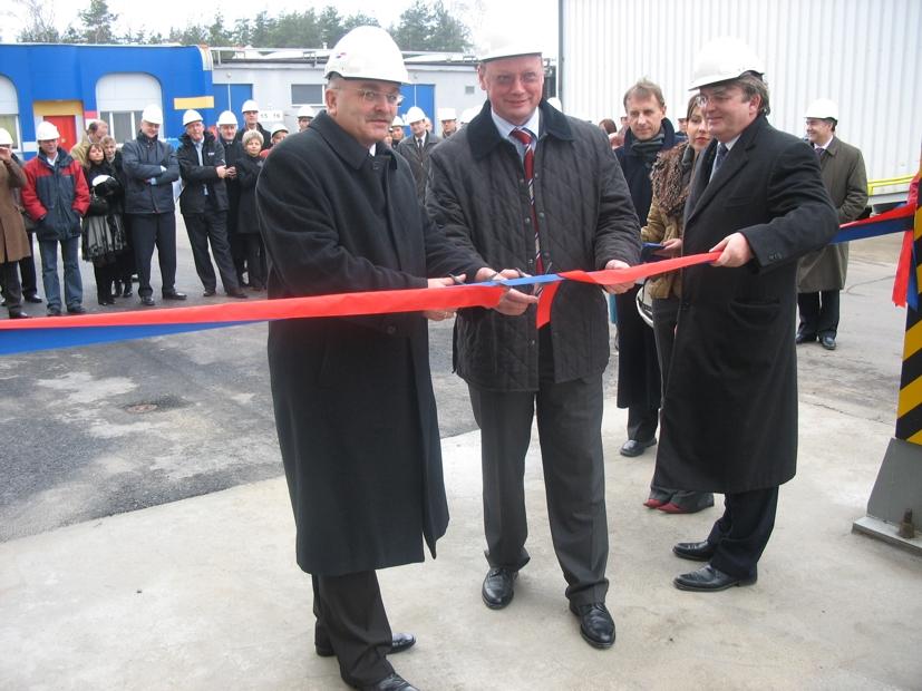 Uroczyste przecięcie wstęgi, od lewej Starosta Józef Gisman, Dyrektor Juergen Buchsteiner oraz Prezes Zenon Maślona