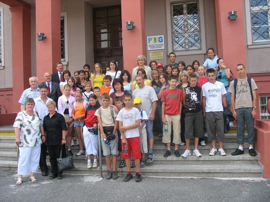 Młodzież z gminy Szendehely na wspólnym zdjęciu ze Starostą Józefem Gismanem i Wicestarostą Markiem Matczakiem