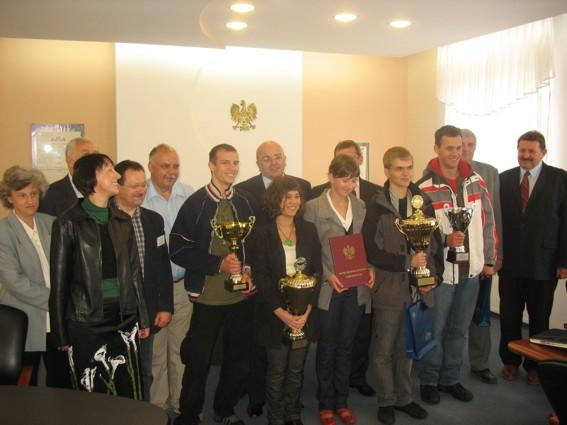 Licealiści odebrali nagrody podczas posiedzenia Zarządu Powiatu Kędzierzyńsko-Kozielskiego