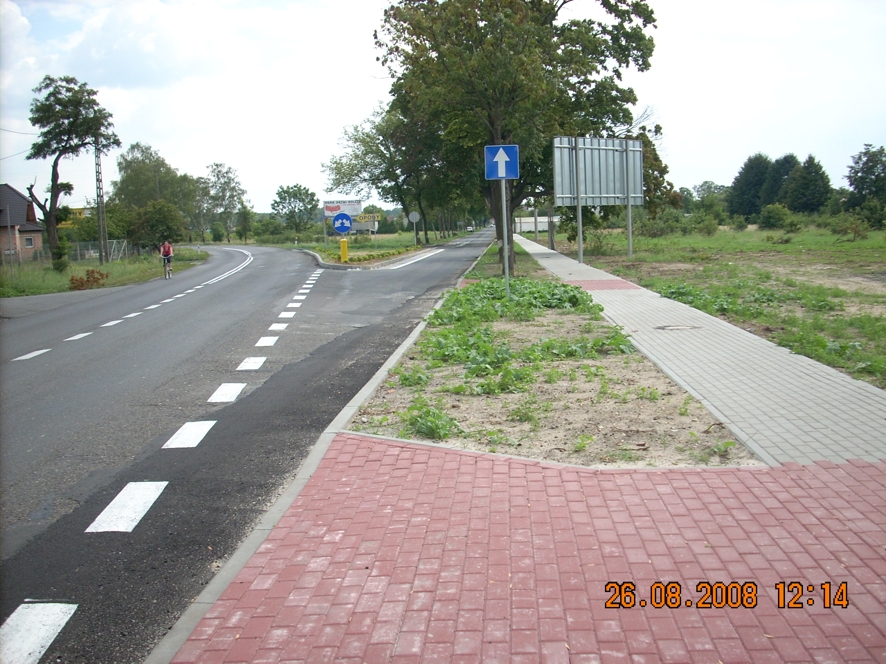 Nowy chodnik przy drodze powiatowej w Brzeźcach