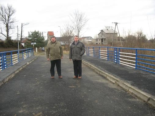 Członek Zarządu Powiatu Jerzy Pałys wspólnie z Kierownikiem WID Arkadiuszem Krysiem wizytowali zakończoną inwestycję - most na rzece Kłodnicy po remoncie