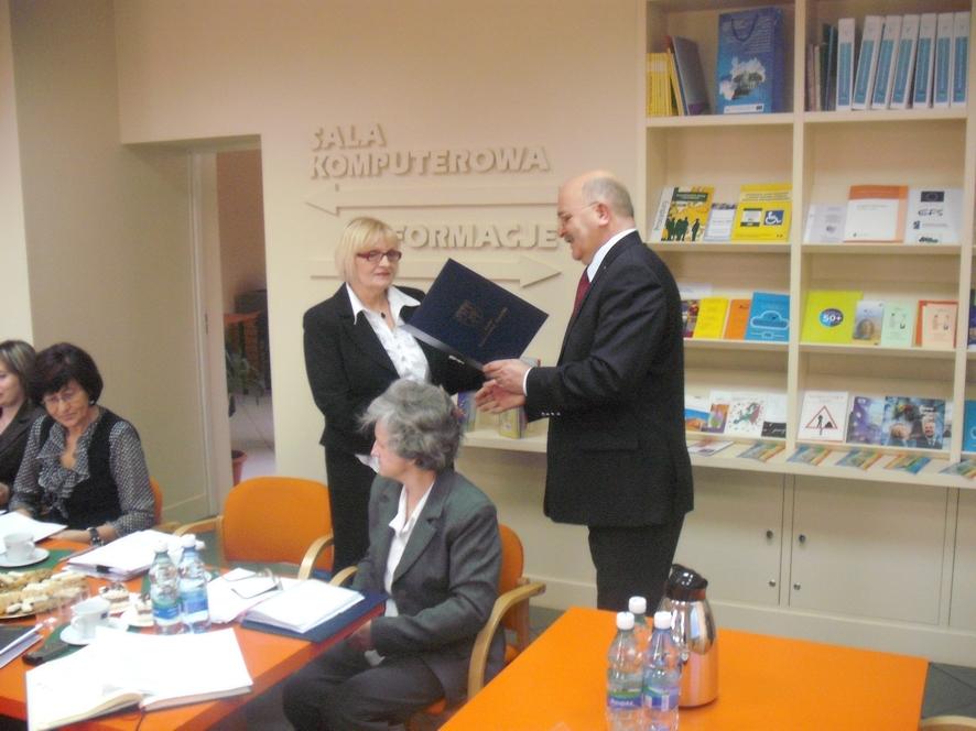 Rozpoczęcie prac nowowybranej Powiatowej Rady Zatrudnienia - Starosta Józef Gisman wręcza powołanie w skład Rady Dyrektorce PUP Marii Labus