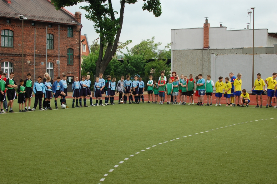 Uczestnicy turnieju mini piłki nożnej w kędzierzyńskiej PSP Nr 1