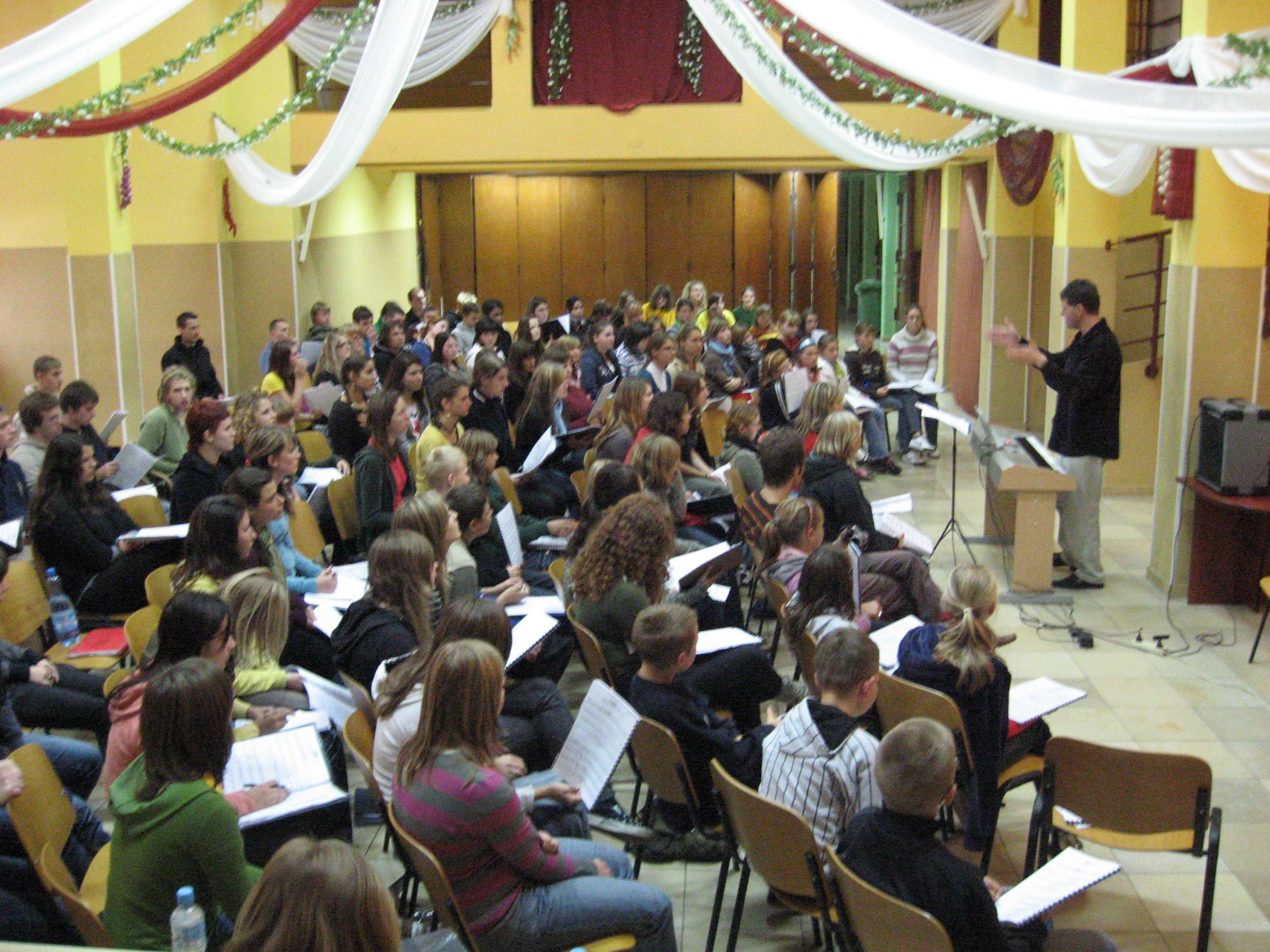 Dyrygent Tadeusz Eckert podczas warsztatów muzycznych z młodzieżą chóralną na Górze Św. Anny