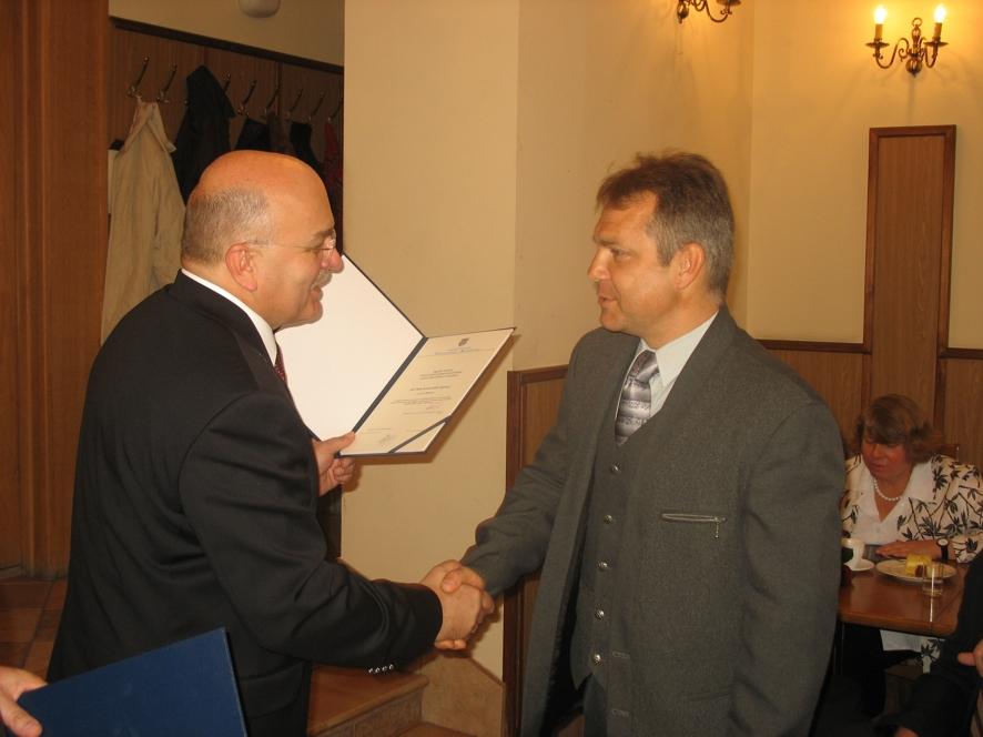 Starosta wręcza nagrodę Panu Krzysztofowi Ligenza