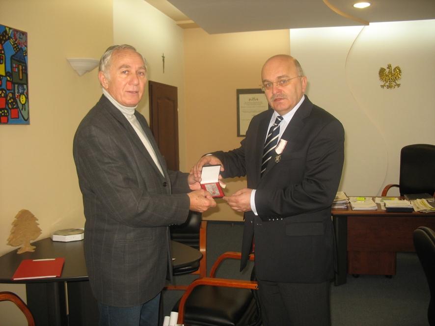 Oprócz odznaczenia Starosta otrzymał także medal z okazji 50 lat honorowego krwiodawstwa PCK