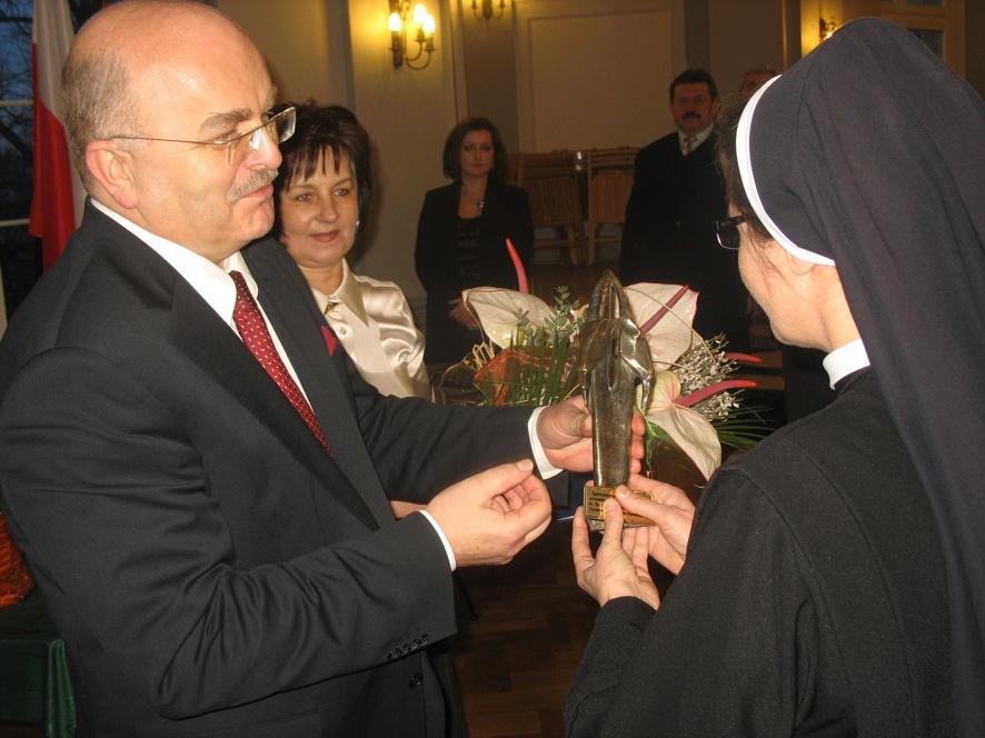 Starosta Józef Gisman i Przewodnicząca Rady Danuta Wróbel wręczają statuetkę Siostrze Annie Kołodziejczyk