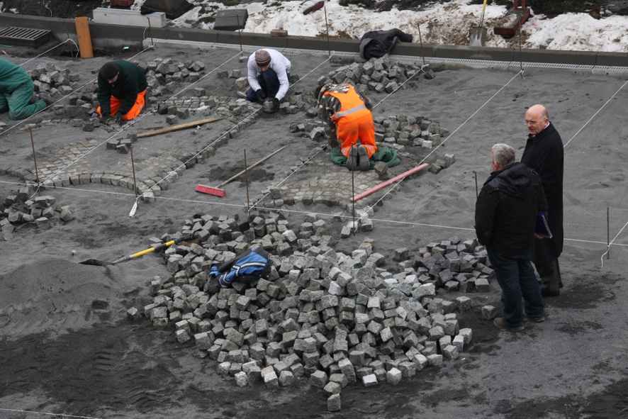 Prace na Placu Wolności - plac budowy wizytuje Starosta Józef Gisman