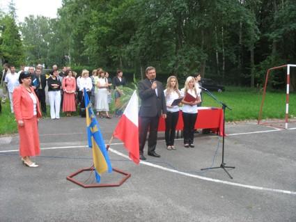 Gratulacje od władz powiatu przekazuje wicestarosta Marek Matczak