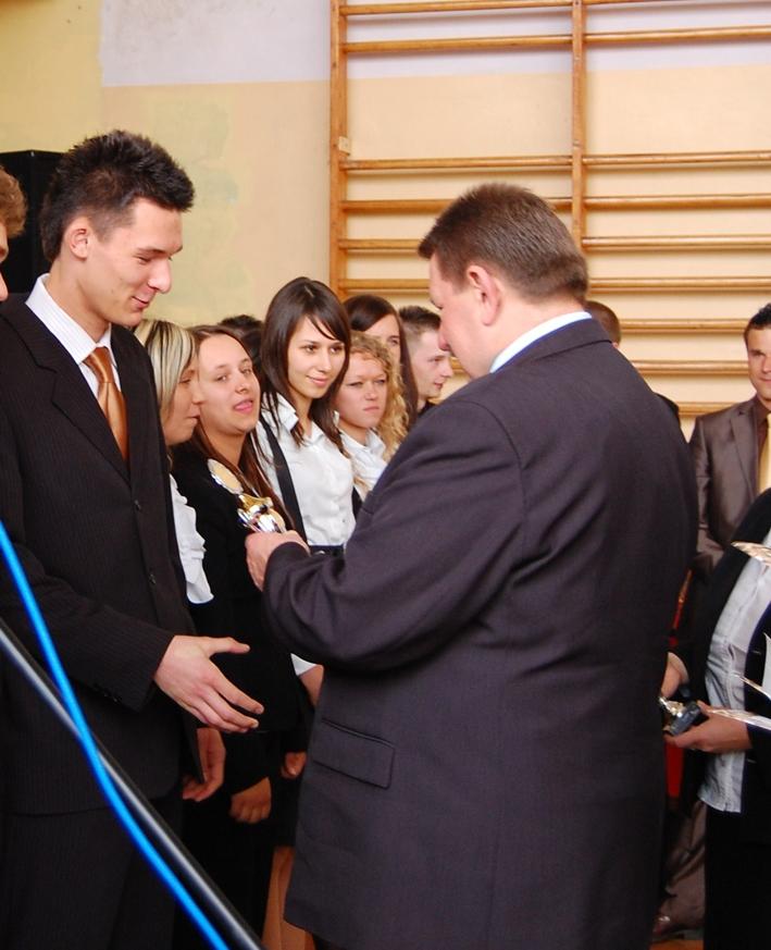 Członek Zarządu Powiatu Jerzy Pałys pozdrowił młodych maturzystów w imieniu całego Zarządu Powiatu Kędzierzyńsko - Kozielskiego