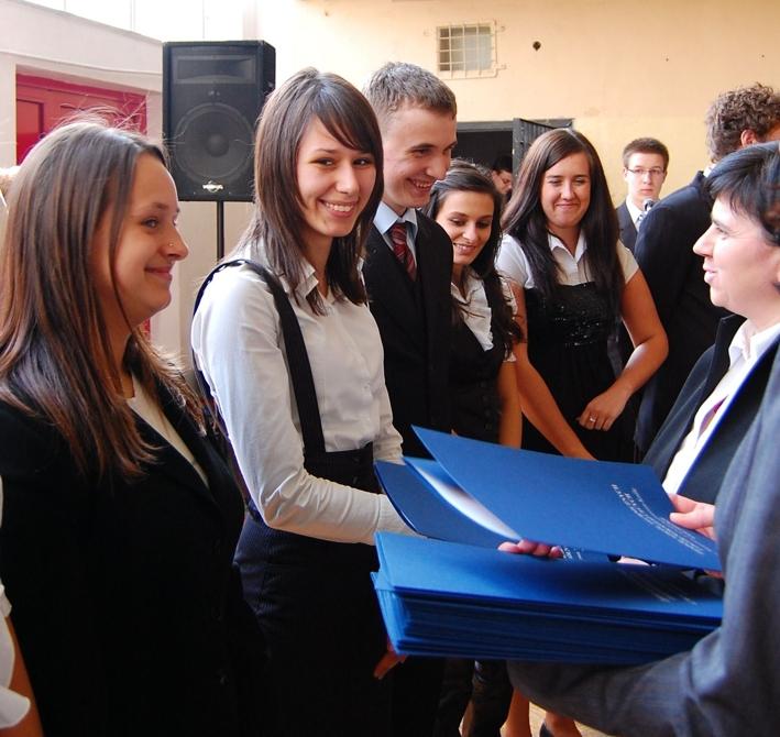 Do życzeń dla najlepszych sportowców dołączyła także Dyrektor zespołu szkół Maria Staliś