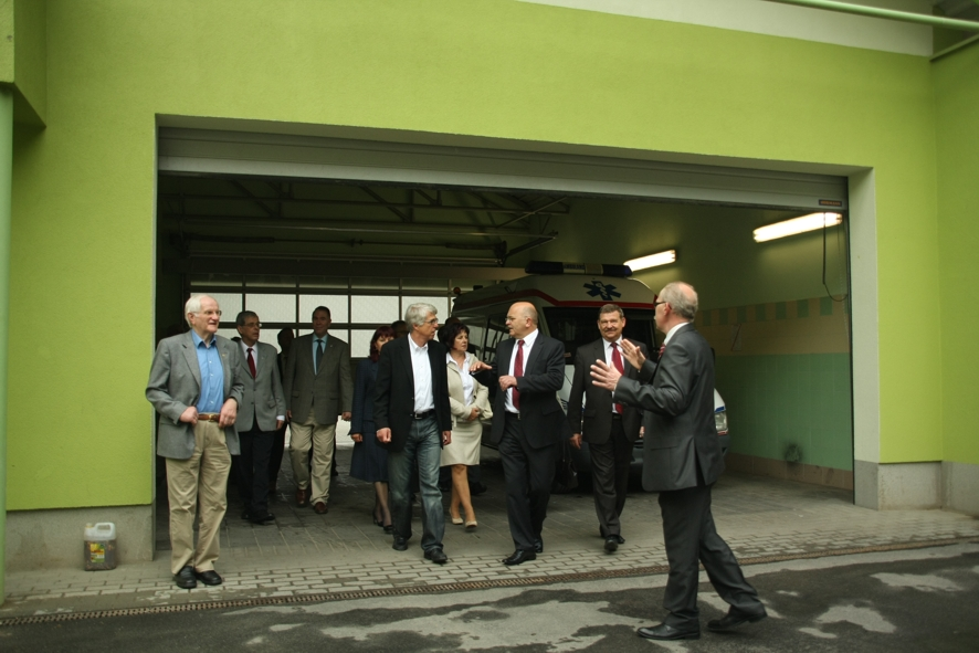 Goście z Powiatu Bitburg-Pruem byli pozytywnie zaskoczeni jakością rozwiązań medycznych w Powiecie Kędzierzyńsko - Kozielskim. Na zdjęciu: wizyta w kozielskim szpitalu