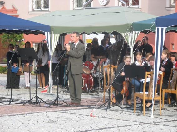 Koncert szkoły muzycznej z Kędzierzyna-Koźla zachwycił mieszkańców. Przy mikrofonie dyrektor szkoły, Gotfryd Włodarz