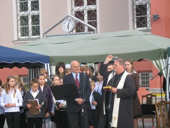 Wyremontowany plac poświęcił proboszcz parafii pw. Św. Mikołaja Manfred Kokot