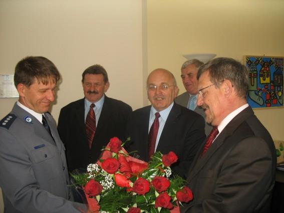 List gratulacyjny i kwiaty wręczają: Starosta Powiatu Józef Gisman, Wicestarosta Marek Matczak, a także Członkowie Zarządu Powiatu Jerzy Pałys i Stefan Wałach