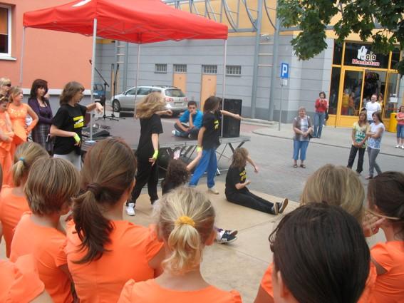 Występ zespołu Flesz przed Miejskim Ośrodkiem Kultury