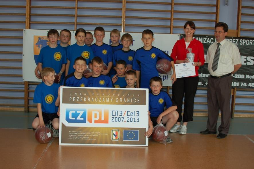 Uczestnicy turnieju: zespół Publicznej Szkoły Podstawowej w Polskiej Cerekwi. Po prawej stoi Dyrektor szkoły Dariusz Freitag