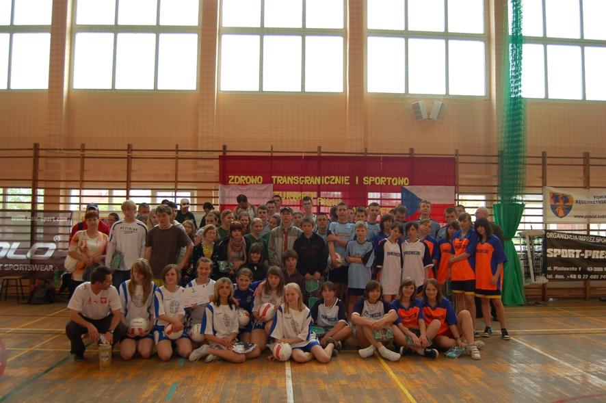 Wszyscy uczestnicy turnieju siatkówki na pamiątkowym zdjęciu