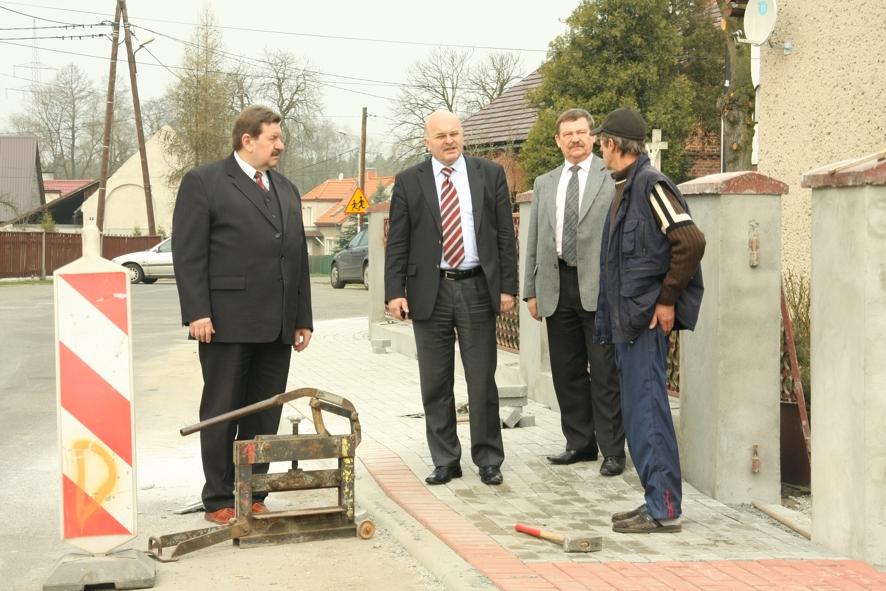Zarząd Powiatu: Starosta Józef Gisman, Wicestarosta Marek Matczak i Członek Zarządu Jerzy Pałys wizytują budowę chodnika