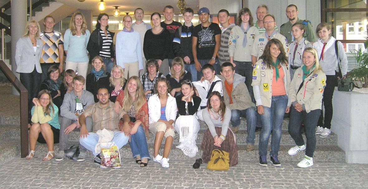 Młodzi harcerze z Powiatu K-Kozielskiego ze swoimi kolegami podczas kampusu w partnerskim powiecie Hohenlohe (po prawej stronie w środkowym i górnym rzędzie)