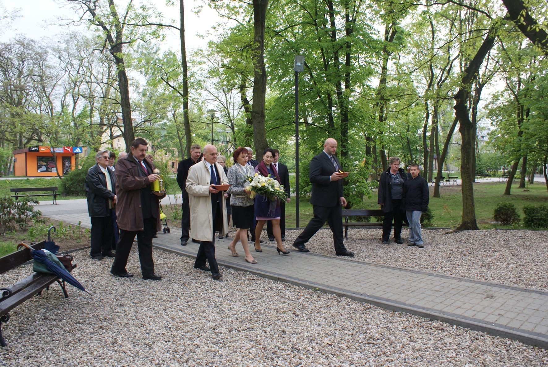 Złożenie kwiatów przed pomnikiem