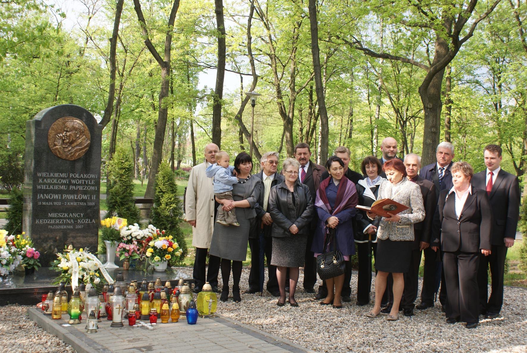 Radni Powiatu Kędzierzyńsko - Kozielskiego przed pomnikiem Jana Pawła II