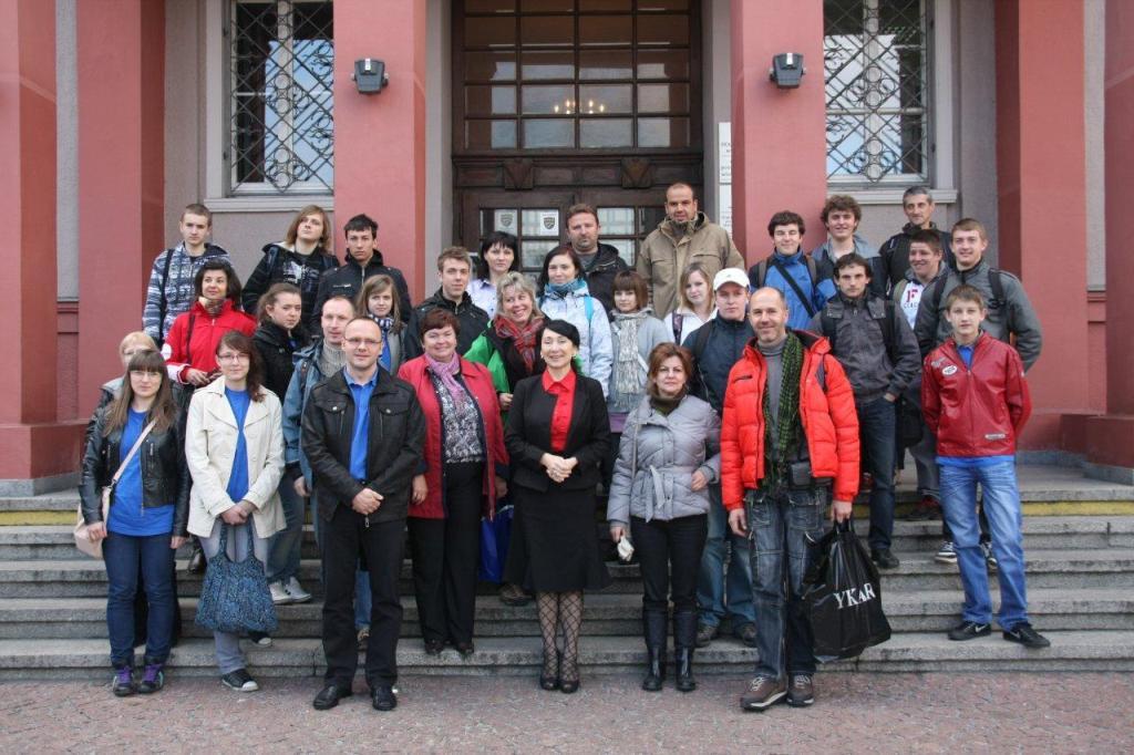 Uczestnicy projektu Leonardo da Vinci przed Starostwem