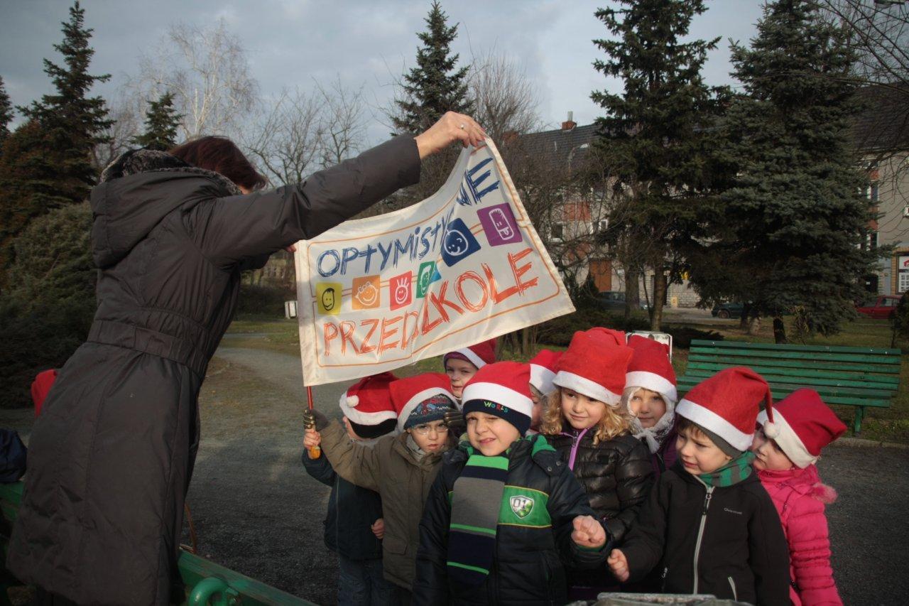 Optymistyczne przedszkolaki przy choince Starostwa.jpeg