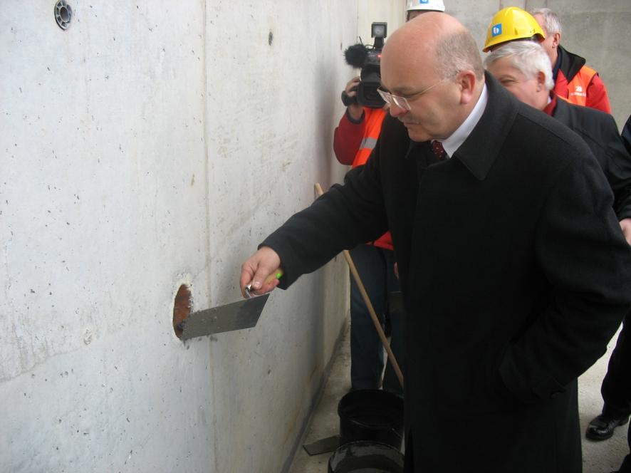 Starosta Józef Gisman wmurowuje kamień węgielny pod most obwodnicy K-Koźla