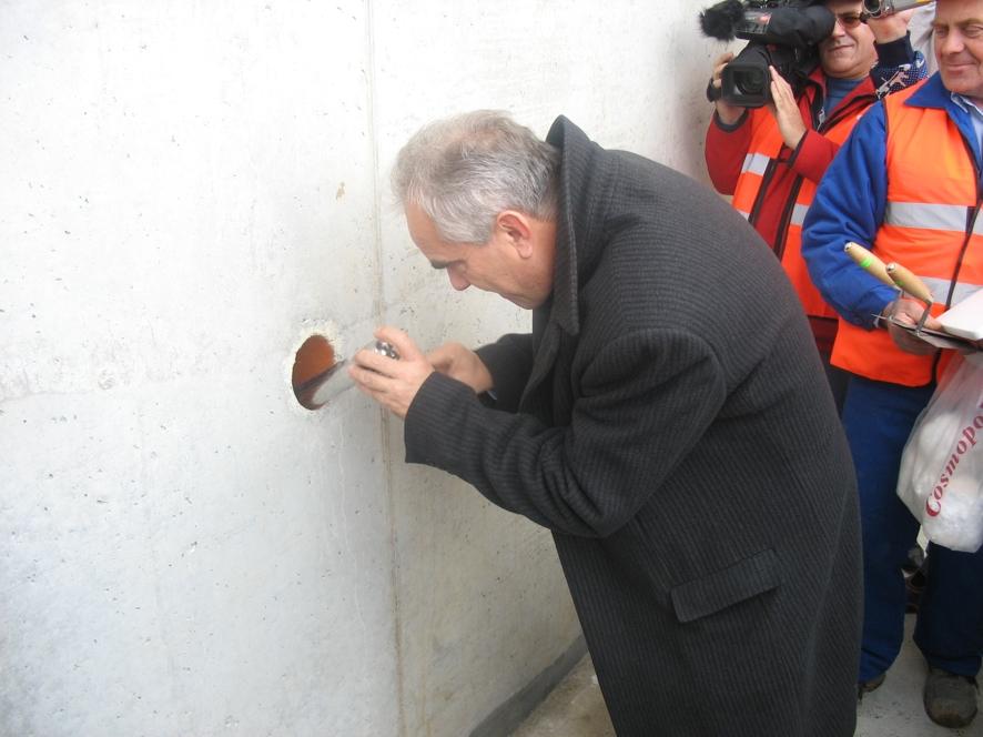 Minister Tadeusz Jarmuziewicz wmurowuje kamień węgielny pod most obwodnicy K-Koźla