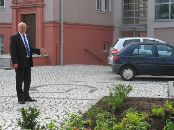 Starosta Józef Gisman wizytuje oddany do użytku parking