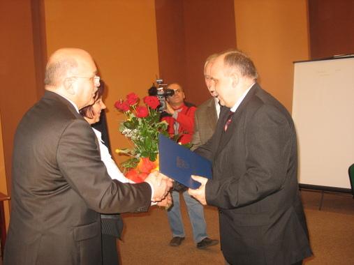 Starosta Józef Gisman i Przewodnicząca Rady Powiatu Danuta Wróbel wręczają statuetkę