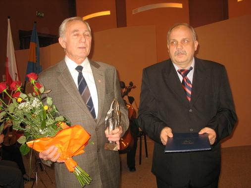 Przedstawiciele PCK Ryszard Skorek i Mieczysław Ferdzyn ze statuetką