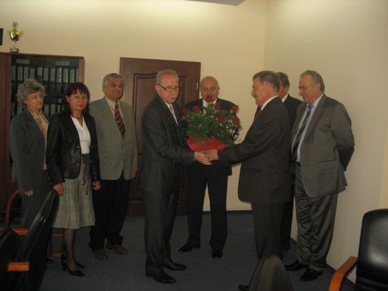 Kwiaty i gratulacje wręcza Wicestarosta Powiatu Kędzierzyńsko-Kozielskiego Marek Matczak