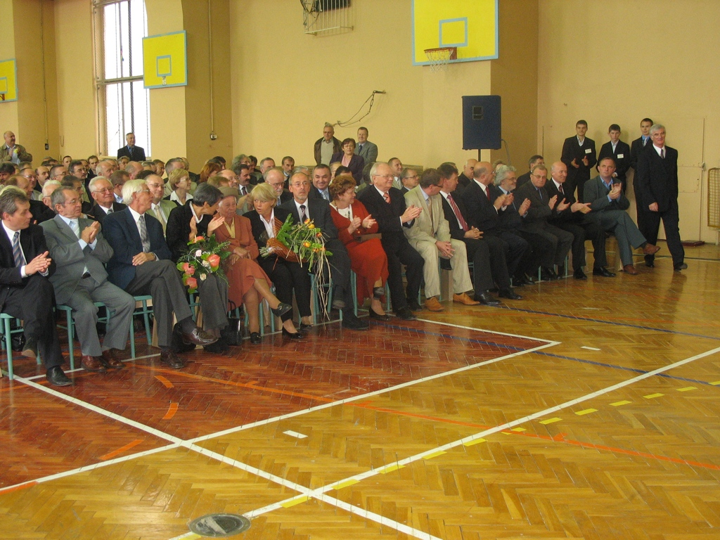 Absolwenci i goście podczas uroczystości szkolnych