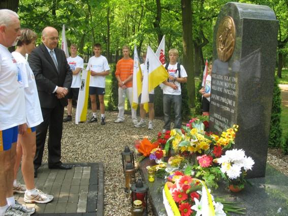 Przed pomnikiem Jana Pawła II w Kędzierzynie-Koźlu