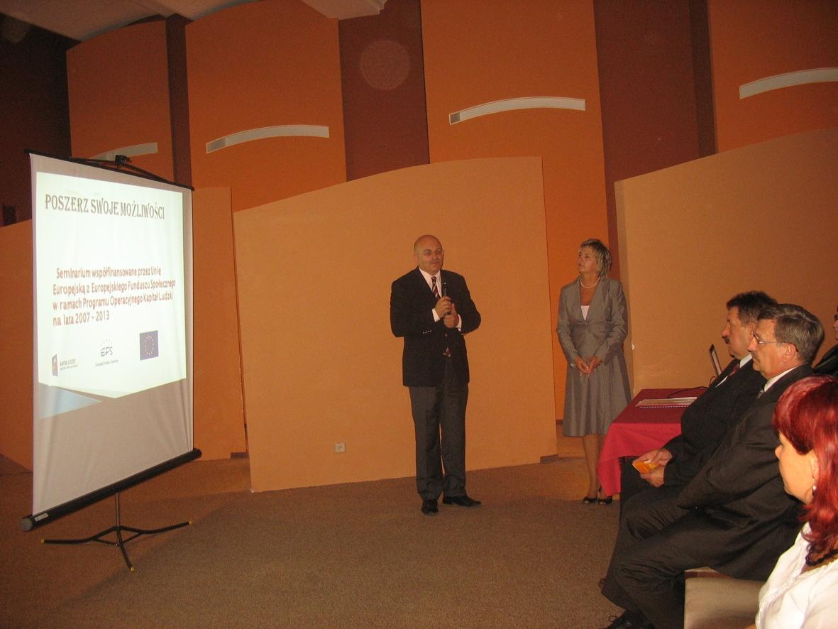 Starosta Józef Gisman i Dyrektor PCPR-u Elżbieta Czeczot otwierają konferencję inaugurującą projekt
