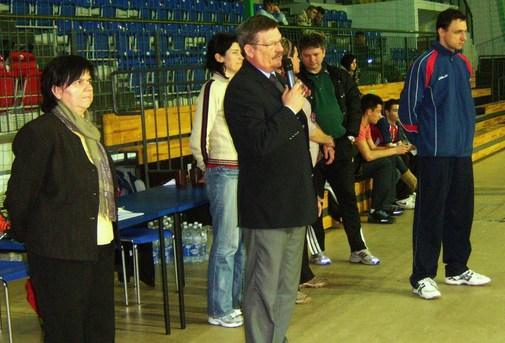 Turniej siatkówki w Azotach - otwiera Wicestarosta Marek Matczak oraz Dyrektor Maria Staliś