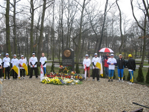 Kwiaty pod pomnikiem Jana Pawła II